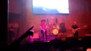 Miró rock on!! Algo del Bull hace un Ratito!!!