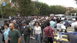 Քաշքշուկ՝ ոստիկանների և Սերժ Սարգսյանի հրաժարականը պահանջող ակտիվիստների միջև