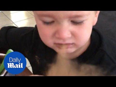 Реакцијата на дете кое по грешка ќе касне какао и веднаш ќе зажали