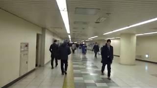 徒歩で4分程度を要する大手町駅と東京駅を結ぶ地下通路を歩いた風景