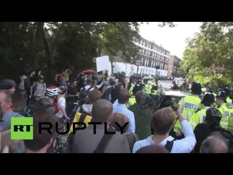 UK: Boris Johnson bypasses journalists amidst boos on
