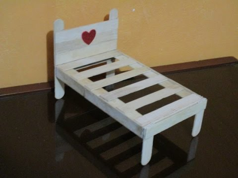 C mo hacer una cama para mu ecas con palitos bajalengua for Mueble que se hace cama