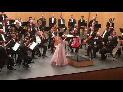 La joven violinista María Dueñas emociona a un entregado público en Pontevedra