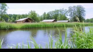 Safaritenten aan het water bij de Twee Bruggen