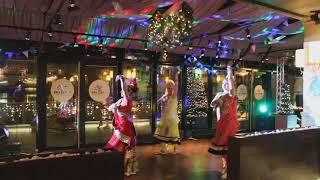 Индийский танец на праздник. Индийское шоу. Болливуд