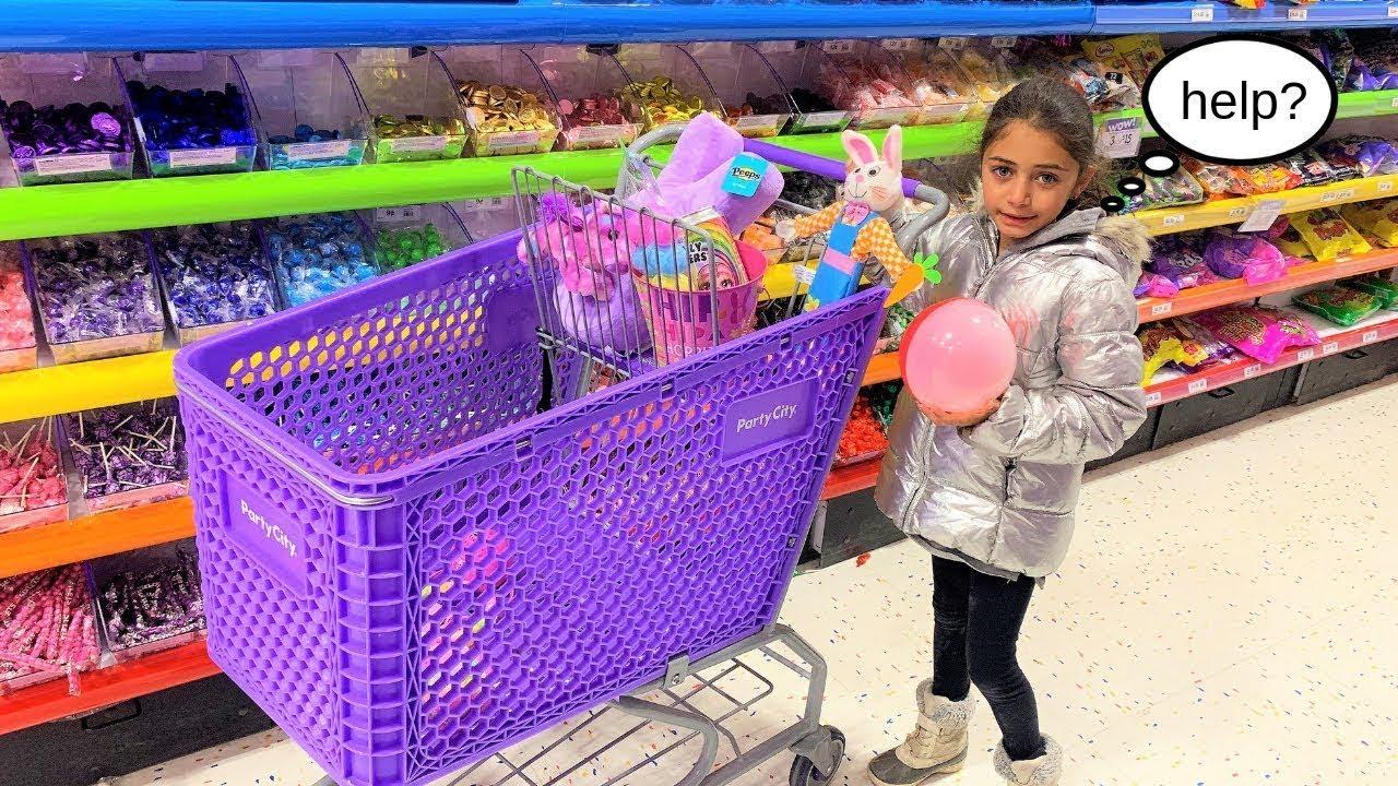 التسوق في متجر الألعاب لألعاب الأطفال بمساعدة عامل   Heidi و Zidane