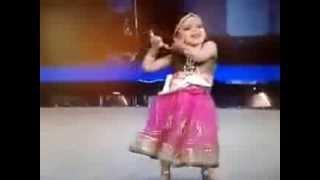 طفلة هندية ترقص رقصة هندية كالكبار