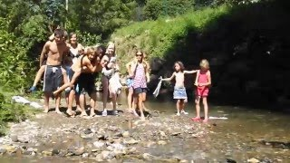 Les enfants jouent dans la rivière l'Arize, qui borde le camping