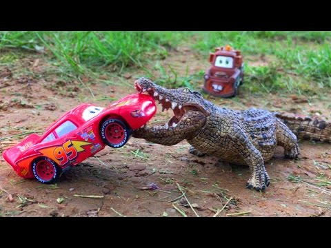 Disney Pixar Cars Lightning McQueen attacked by GIANT ALLIGATOR Discovery Kids Spiderman, Tow Mater
