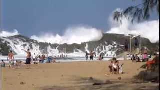 Waves in a closed beach in Puerto Rico Vagues dans une plage fermée à Porto Rico
