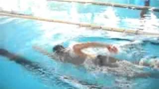 ピーナッツパドルをつけて自由形を泳ぎました。