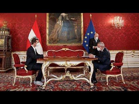 شاهد: وزير الصحة النمساوي الجديد يرتدي الحذاء الرياضي خلال مراسم أداء اليمين…  - نشر قبل 2 ساعة