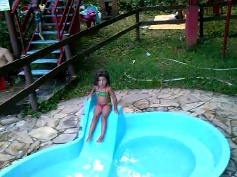 Isabel na piscina de criança