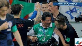 Avalancha de jugadores de Croacia arrolla a fotógrafo durante festejo