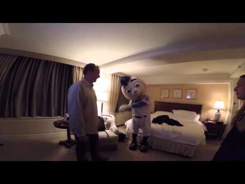 Mr. Met pranks Cleveland Cavaliers assistant coach