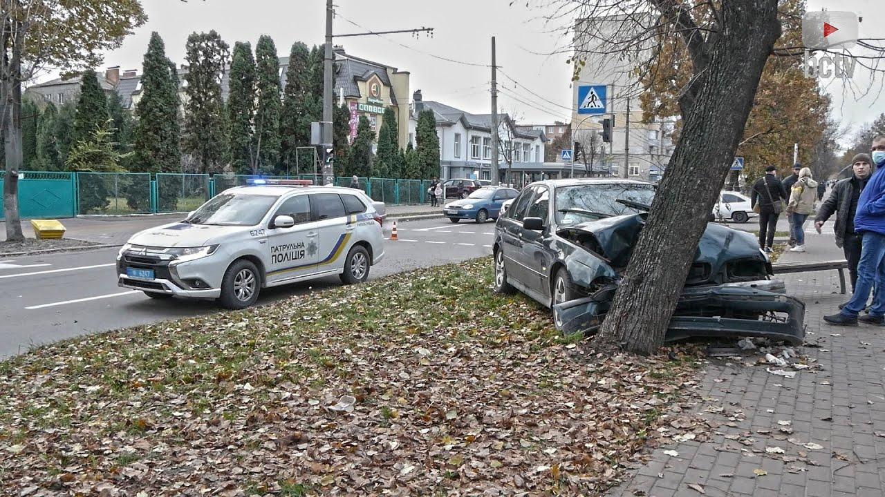 Автомобіль BMW вилетів на алею на Олександрійському бульварі