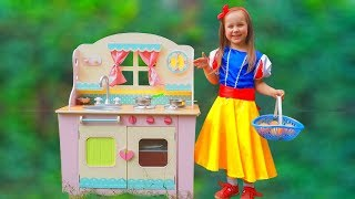 Julia Pretend Princess Snow White and Play with Toy Kitchen