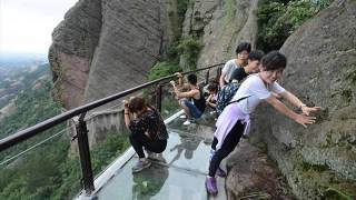 Tourists flee as glass walkway cracks