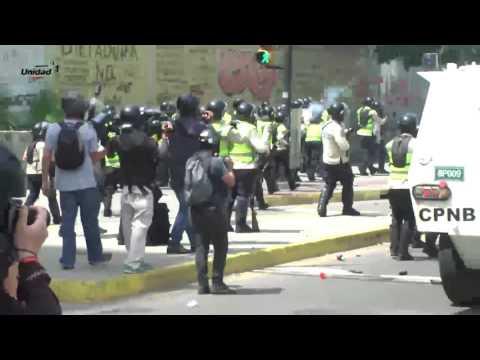 Fuerte represión impidió  que manifestantes llegaran hasta la Fiscalía General