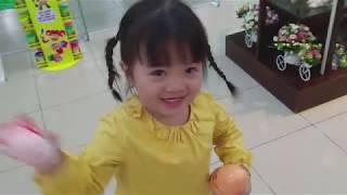 Kiều Như Angel đi mua sắm đồ chơi trẻ em trong siêu thị của bé