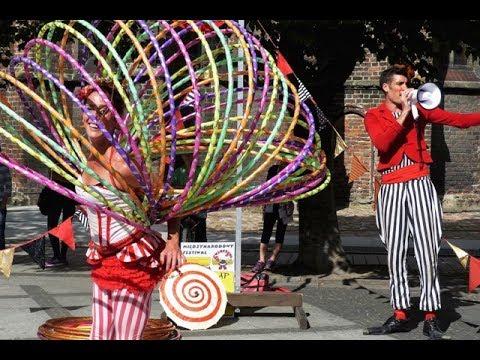 BuskerBus 2014: Clap Clap Circo- street show in Brzeg (hula hoops)