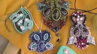 Современные украшения из бисера и камней: броши и кулоны. Обзор, как носить.
