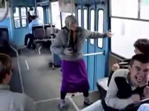 Веселая бабка танцует в троллейбусе прикольно