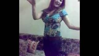 رقص بنت فاتنة في حفلة عيد ميلاد