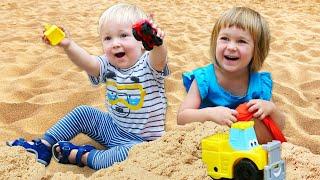 Карл и Бьянка играют в развивающие игрушки МАШИНКИ - Видео для самых маленьких Дада игрушки