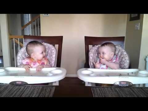 Dễ thương clip hai bé 11 tháng tuổi lắc lư theo đàn