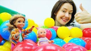 Штеффи и Челси в детском центре. Игры Барби