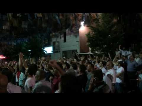 Ankara residents rejoice  the military. Жители Анкары ликуют и выражают свою поддержку военным.
