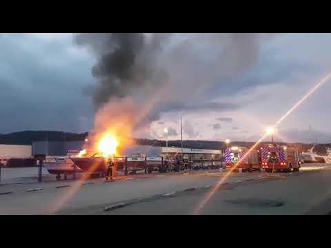 Susto en el puerto de Celeiro tras arder una lancha deportiva