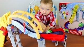 Открываем игрушки - железная дорога с горкой и трамплином, обзор игрушек