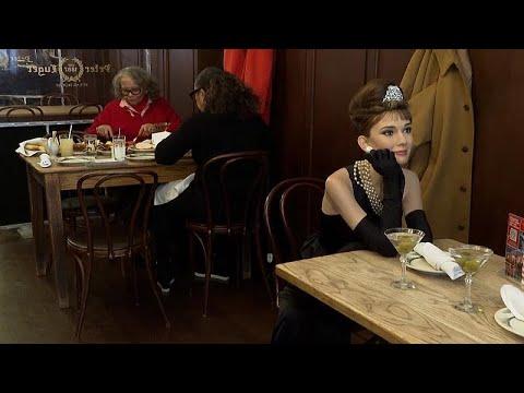 شاهد: نجوم الشمع يرتادون مطعم بروكلين في نيويورك للتحسيس بتجربة الحماية من كوفيد-19…  - نشر قبل 1 ساعة