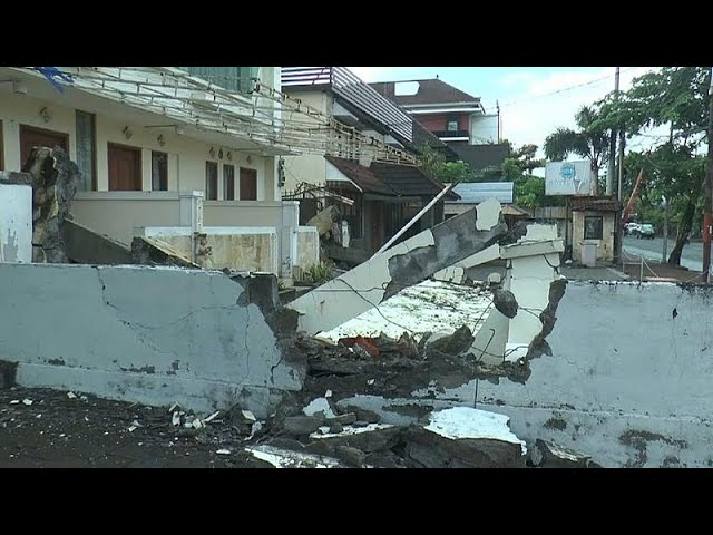 Thousands evacuate Indonesia island after deadly quake