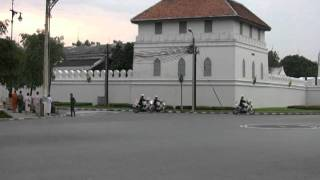 Repeat youtube video Thailand's Crown Prince Maha Vajiralongkorn's motorcade