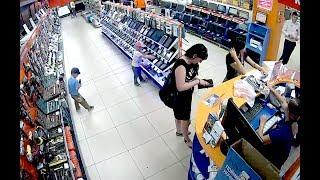 Мелкие тырят планшет в магазине.