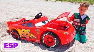 Nikita monta en el coche de carreras y se mete en la arena