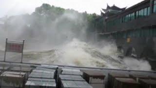 Xem con sóng khổng lồ do bão Trami gây ra
