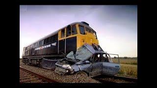 Pociąg zmiótł samochód z torów Jak się przed czyms takim ratować