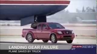 Аварийная посадка самолета На Nissan Frontier(У самолета поломалось переднее шасси, и пилот пытается посадить самолет на Ниссан., 2013-11-29T10:19:13.000Z)
