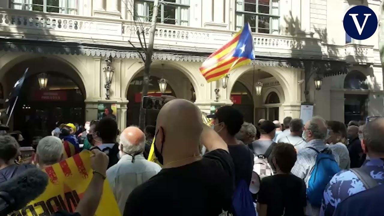 Download Centenares de manifestantes protestan contra Sánchez frente al Liceu sin incidentes