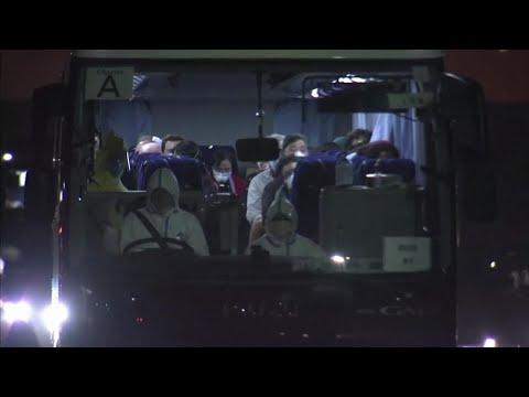 Coronavirus, i passeggeri americani della Diamond Princess vengono portati via in pullman