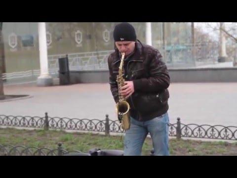 Саксофонист на Приморском бульваре играет одесситам в первый день весны