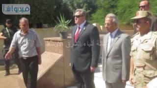 بالفيديو : محافظ شمال سيناء يضع إكليل من الزهور علي قبر الجندي المجهول بساحة الشهداء بمدينة العريش