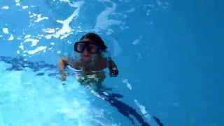 4yo Kid swimming underwater in the pool Diving ♥ Девочка  4-х лет ныряет в глубоком бассейне Плавает