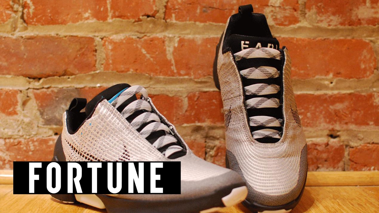 A Nike megcsinálta az önbefűző cipőt! | Divatech