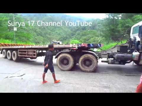 Truck Hino FM 260 TH Nyangkut di Belokan Tajam