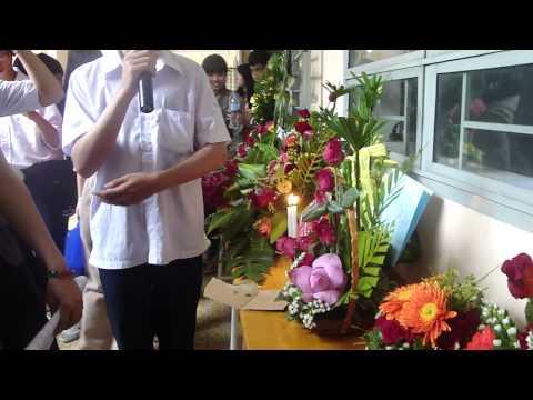 11A1 THPT Nguyễn Trãi - Thuyết trình cắm hoa của lớp hàng xóm